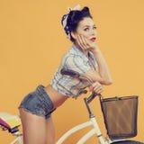 Portrait d'une fille sur un vélo images libres de droits
