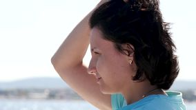 Portrait d'une fille sur un yacht pendant le voyage de mer d'?t? Visage d'une fin de jeune femme  Cheveu oscillant dans le vent banque de vidéos
