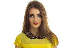 Portrait d'une fille très belle avec le rouge à lèvres rouge et le chemisier jaune qui regarde dans l'appareil-photo Photo stock