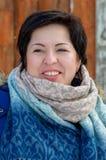 Portrait d'une gentille fille de brune avec un sourire Photographie stock libre de droits
