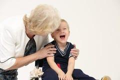 Portrait d'une grand-mère pluse âgé et d'un jeune petit-fils Image libre de droits