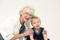 Portrait d'une grand-mère pluse âgé et d'un jeune petit-fils Photographie stock libre de droits