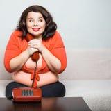 Portrait d'une grosse femme heureuse avec le téléphone Photos libres de droits