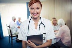 Portrait d'une infirmière avec la tablette Image stock
