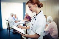 Portrait d'une infirmière avec la tablette Images libres de droits