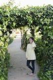 Portrait d'une jeune adolescente dans un jardin Photo stock