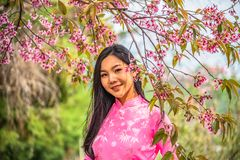 Portrait d'une jeune adolescente portant un rose en parc photos stock