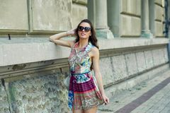 Portrait d'une jeune belle femme à la mode sur les rues de la ville image libre de droits