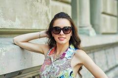 Portrait d'une jeune belle femme à la mode sur les rues de la ville image stock