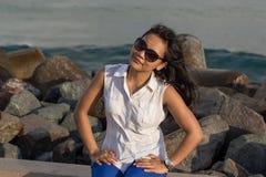 Portrait d'une jeune belle femme asiatique souriant à l'appareil-photo près de la mer Image libre de droits