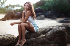 Portrait d'une jeune belle femme avec de longs cheveux bouclés au bord de la mer Image stock