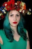 Portrait d'une jeune belle femme avec le bandeau de fleur Images stock