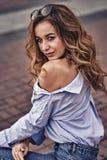 Portrait d'une jeune belle femme avec les cheveux bruns et les yeux bruns photo libre de droits