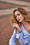 Portrait d'une jeune belle femme avec les cheveux bruns et les yeux bruns photos stock