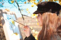 Portrait d'une jeune belle femme avec une brosse dans sa main Photo stock