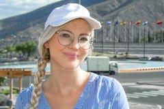 Portrait d'une jeune belle femme, blond dans un chapeau, verres et avec une faux photographie stock