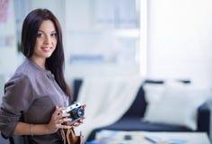 Portrait d'une jeune belle femme de photographe près de table image libre de droits