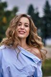 Portrait d'une jeune belle femme riante avec les cheveux bruns et les yeux bruns photographie stock libre de droits
