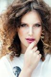 Portrait d'une jeune belle fille avec les cheveux bouclés photo libre de droits