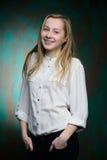 Portrait d'une jeune belle fille blonde Photo stock