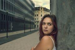 Portrait d'une jeune belle fille se tenant se penchante contre photos stock