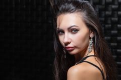 Portrait d'une jeune brune avec du charme photographie stock