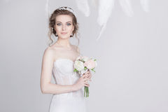 Portrait d'une jeune et rêveuse jeune mariée dans une robe de mariage luxueuse de dentelle Images stock