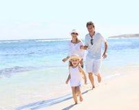 Portrait d'une jeune famille passant le temps ensemble sur le bord de la mer Photographie stock libre de droits