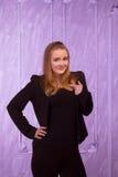 Portrait d'une jeune femme étonnée dans un costume noir Images libres de droits