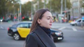 Portrait d'une jeune femme d'affaires marchant dans les rues de ville banque de vidéos
