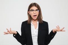 Portrait d'une jeune femme d'affaires perplexe dans le costume Photos libres de droits