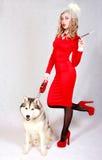 Portrait d'une jeune femme attirante avec un chien enroué Image stock