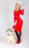 Portrait d'une jeune femme attirante avec un chien enroué Images stock