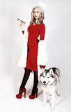 Portrait d'une jeune femme attirante avec un chien enroué Photographie stock libre de droits