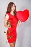Portrait d'une jeune femme attirante avec un oreiller en forme de coeur Images libres de droits