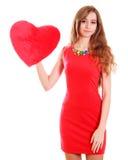 Portrait d'une jeune femme attirante avec un oreiller en forme de coeur Photo libre de droits