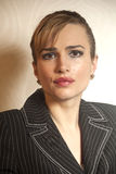 Portrait d'une jeune femme attirante d'affaires image stock