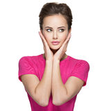 Portrait d'une jeune femme avec des émotions et des mains calmes sur le visage Photo stock