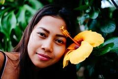 Portrait d'une jeune femme avec du charme dans le jardin fleuri Imagination de source Image libre de droits