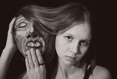 Portrait d'une jeune femme avec le masque théâtral fantasmagorique Photos stock