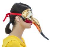 Portrait d'une jeune femme avec un masque Photo stock