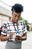 Portrait d'une jeune femme avec un téléphone portable Images libres de droits