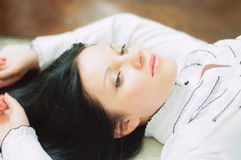 Portrait d'une jeune femme ayant le repos photo stock