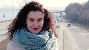 Portrait d'une jeune femme bouclée dans la ville banque de vidéos
