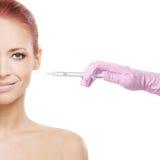 Portrait d'une femme rousse obtenant une injection Photos libres de droits