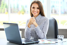 Portrait d'une jeune femme d'affaires à l'aide de l'ordinateur portable Photo stock