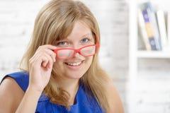 Portrait d'une jeune femme d'affaires avec du charme avec les lunettes rouges Photographie stock