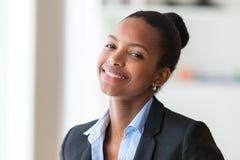 Portrait d'une jeune femme d'affaires d'afro-américain - peop noir Photos stock