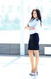 Portrait d'une jeune femme d'affaires dans un bureau Images stock