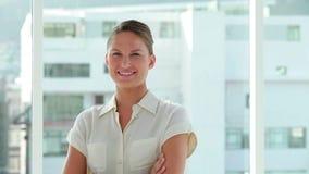 Portrait d'une jeune femme d'affaires les bras croisés banque de vidéos
